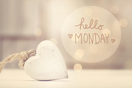 Hallo maandagbericht met een wit hart in een kamer Stockfoto - 77520265