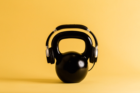 Kettlebell met hoofdtelefoons - trainingmuziekthema Stockfoto