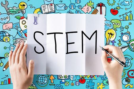 STEM texto con las manos y las ilustraciones de colores