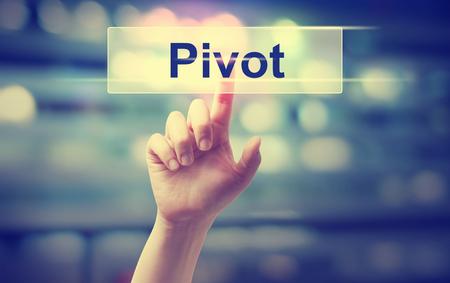 Pivot concept met de hand op een knop drukken