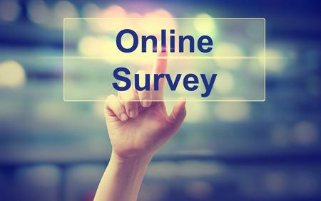 Concetto di sondaggio online con mano premendo un pulsante Archivio Fotografico - 78017821