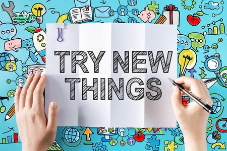 Probeer New Things-tekst met handen en kleurrijke illustraties