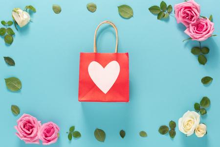 Día de San Valentín tema con flores sobre un fondo azul
