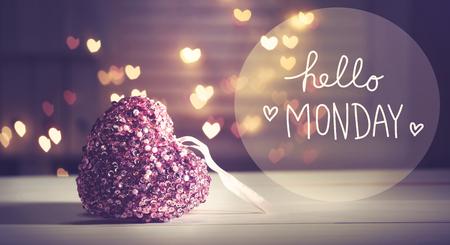 심장 모양의 조명과 함께 핑크 하트와 함께 안녕하세요 월요일 메시지 스톡 콘텐츠