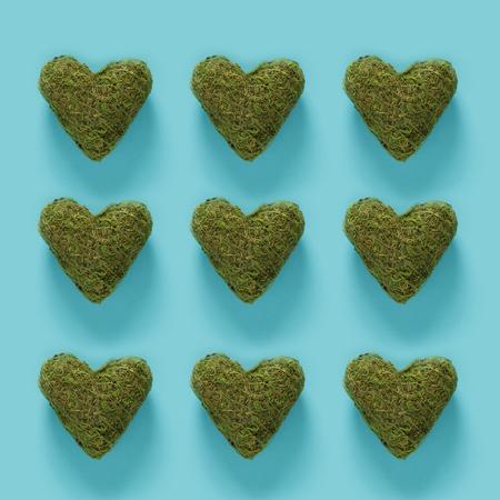 파란색 배경에 녹색 이끼 마음의 시리즈 스톡 콘텐츠