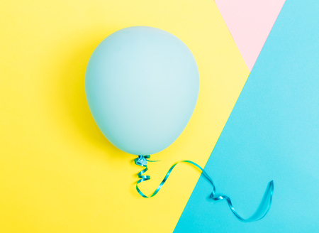 鮮やかな色の背景の上にバルーンとパーティーのテーマ 写真素材
