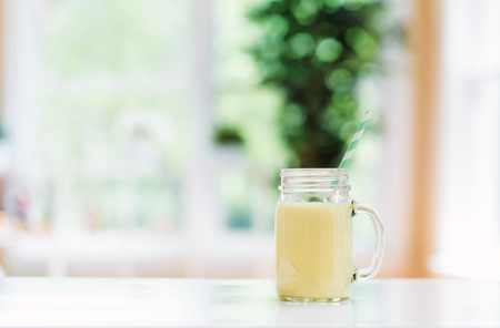 Mango smoothie drank in een lichte kamer