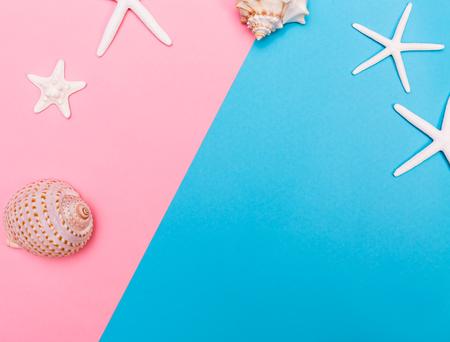 Sommer und Strand Objekte Thema auf einem hellen Duoton Hintergrund Standard-Bild - 79017262