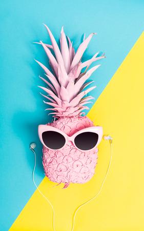 Ananas dipinto con occhiali da sole su uno sfondo di toni vivaci Archivio Fotografico - 79017229