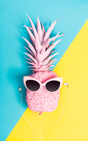 Painted pineapple with sunglasses on a vibrant duotone background Banque d'images