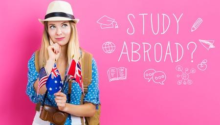 Studie in het buitenland tekst met jonge vrouw met vlaggen van Engels sprekende landen
