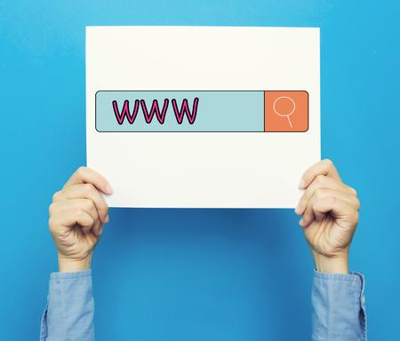 青色の背景に白いポスター WWW 本文