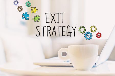 출구 전략 개념 커피 한잔과 노트북