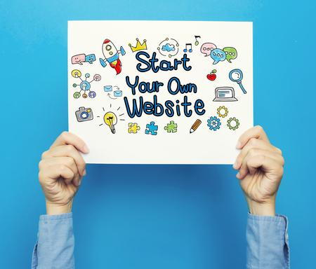 青色の背景に白いポスターにあなた自身のウェブサイトのテキストを開始します。 写真素材