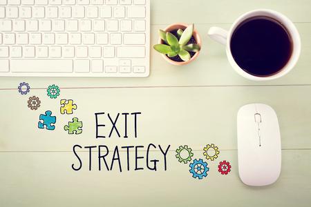연한 녹색 나무 책상에 워크 스테이션으로 출구 전략 개념 스톡 콘텐츠