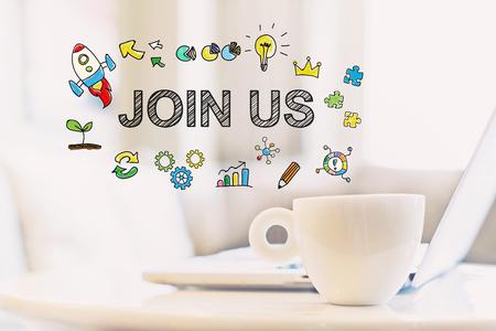 커피 한잔과 노트북 한발에 참여하십시오. 스톡 콘텐츠
