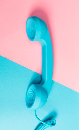 Oude mode telefoon op een fel gespleten toon achtergrond Stockfoto