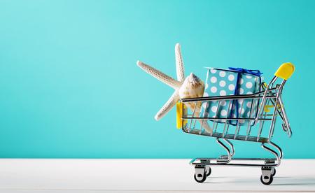 夏のショッピング カートとヒトデのテーマ 写真素材