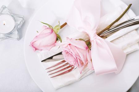庆祝晚宴主题与贺卡和餐盘