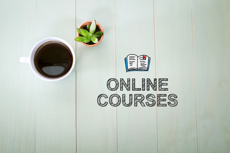 パステル グリーンの木製のテーブルにコーヒーのカップを持つオンラインのコース コンセプト 写真素材