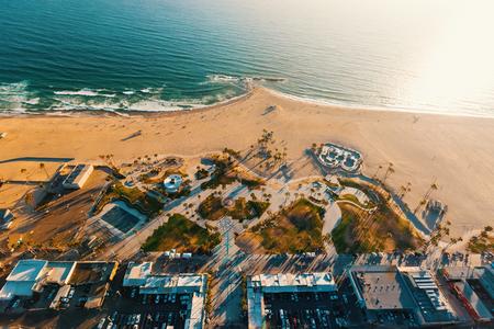 Luchtmening van de oever in het Strand van Venetië, CA