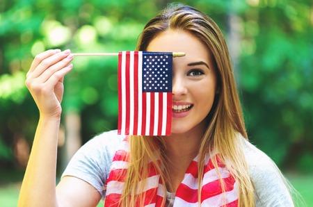 그녀의 뒤뜰에서 7 월 4 일 미국 국기를 가진 여자 스톡 콘텐츠