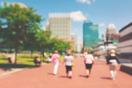 抽象的なぼやけた人が、メリーランド州ボルチモアのインナーハーバーに歩いて
