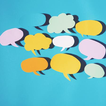 青色の背景にハード シャドウと音声バブル テキスト メッセージ テーマ