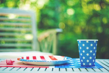 접시와 컵 외부와 7 월 파티 테이블 설정의 넷째 스톡 콘텐츠