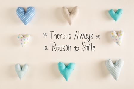 Er is altijd een reden om te glimlachen met blauwe hartkussens op een Witboekachtergrond