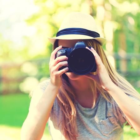 デジタル一眼レフ カメラの外で女性写真家 写真素材