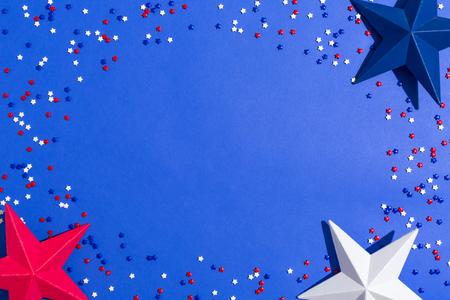 파란색 배경에 미국 휴가 장식 평면 누워