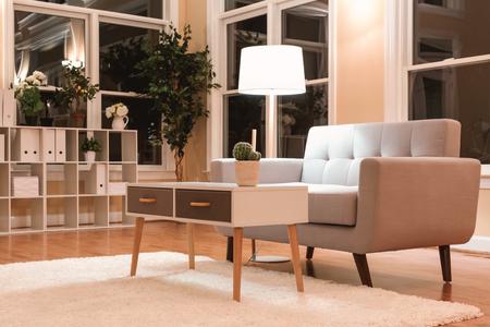 Grande casa di lusso interiore con divano grigio midcentury Archivio Fotografico - 80955982