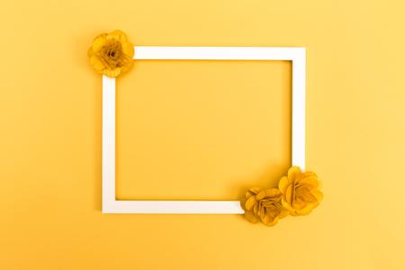 Cadre photo avec des fleurs sur un fond jaune Banque d'images - 80956245