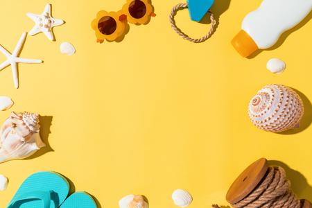 Oggetti di tema di estate di stile di vita su uno sfondo giallo Archivio Fotografico - 80956257