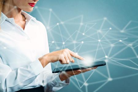 Jeune femme d & # 39 ; affaires en utilisant une tablette Banque d'images - 80955633