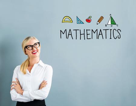 Mathematiktext mit Geschäftsfrau auf einem grauen Hintergrund Standard-Bild - 80955599