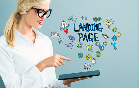 タブレットを使用してビジネスの女性とランディング ページのテキスト