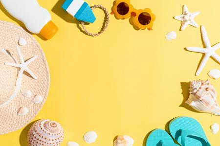 黄色の背景に夏のライフ スタイルのオブジェクト テーマ 写真素材