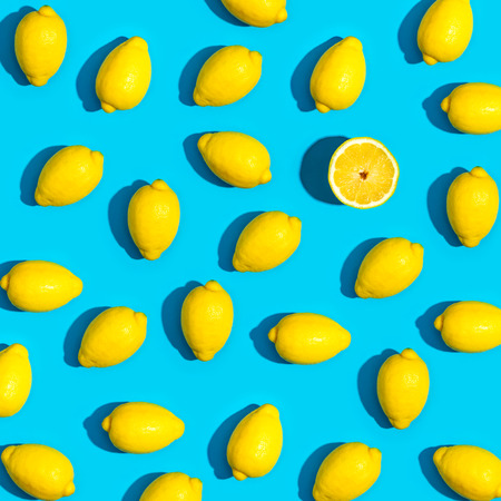 Fresh lemon pattern on a vivid blue background flat lay Imagens