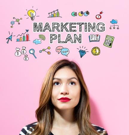 분홍색 배경에 젊은 여자와 마케팅 계획 텍스트