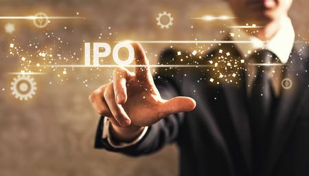 IPO-Text mit Geschäftsmann auf dunklem Weinlesehintergrund Standard-Bild - 81583618