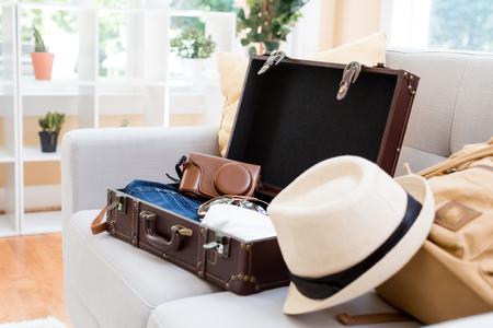 スーツケースと旅行のためのバックパックをパッキング