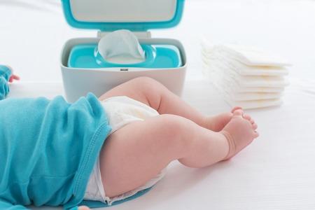 기저귀 변경을 준비 작은 아기 소년 스톡 콘텐츠