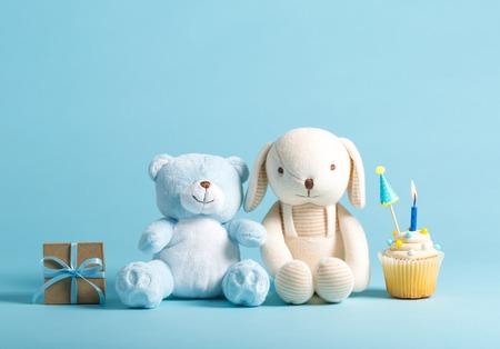 컵 케이크와 박제 동물과 어린이 축하 테마 스톡 콘텐츠