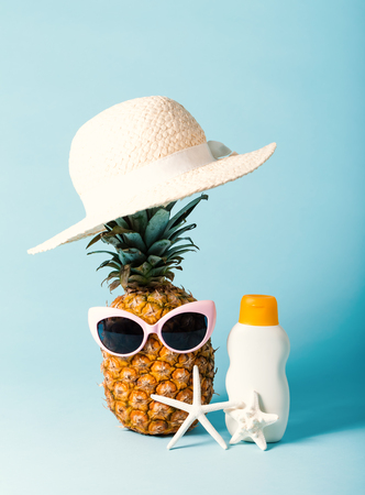 Pineapple with sunglasses and summer themed objects Imagens