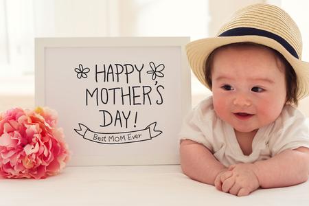 핑크 꽃과 함께 행복 한 아기와 함께 어머니의 날 마사지
