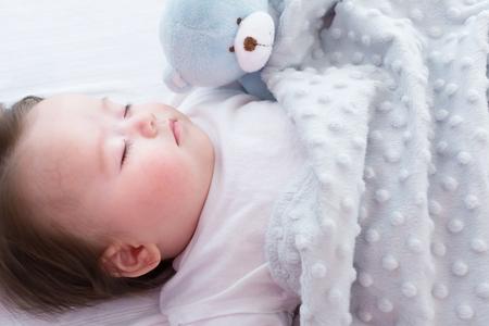 Kleines Baby schläft in seinem Haus Standard-Bild - 82283576