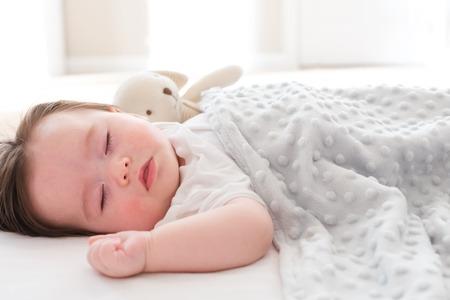 Mały chłopczyk śpi w swoim domu