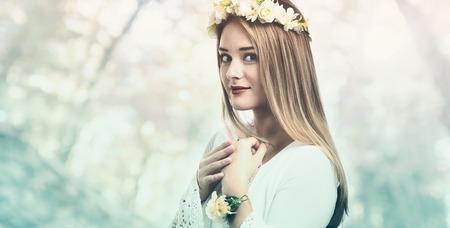 아름 다운 젊은 여자 꽃 화 환과 흰 드레스